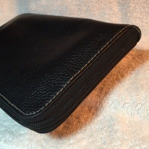 Buxton Bags - 🍒 BUXTON Westcott RFID Corner Zip Wallet/Wristlet